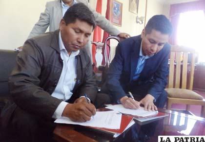 Firma de convenio entre presidente del Concejo, Germán Delgado y director de Indecity Bolivia, Adolfo Suárez
