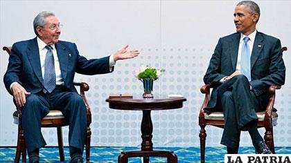 El presidente de Cuba, Raúl Castro (izq.) y su homólogo de Estados Unidos, Barack Obama /podemospress.blogspot.com