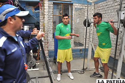 Víctor Arandia, preparador físico de San José, brinda algunas instrucciones