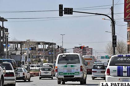 La mala ubicación de semáforos, agudiza el problema de congestionamiento vehicular