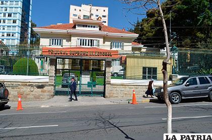 Frontis del Tribunal Supremo Electoral, donde se restringe el ingreso a periodistas /correodelsur.com