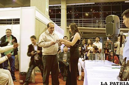 El matutino LA PATRIA, a través de su gerente recibió el premio de la feria