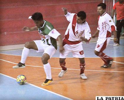 Víctor Martínez (Murillo) con el dominio de la pelota