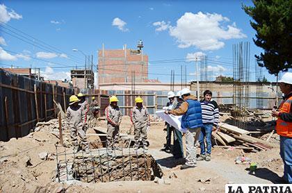 Autoridades y técnicos ediles durante la inspección de la obra