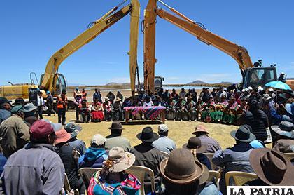 Durante la inauguración del proyecto de canalización para reencausar aguas al lago Poopó