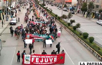 Los vecinos marchan en la avenida 6 de Marzo en El Alto /ANF