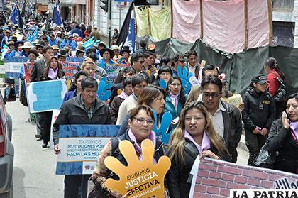 Autoridades junto a organizaciones sociales en defensa de la mujer boliviana