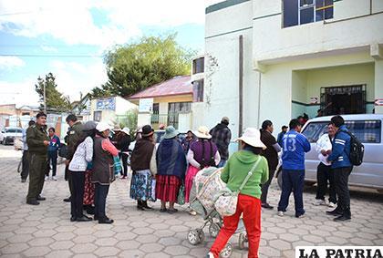 La población de Caracollo y autoridades policiales hicieron vigilia fuera del hospital /Archivo