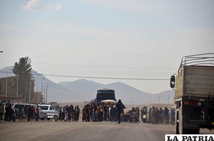 La avenida principal de Caracollo fue bloqueada