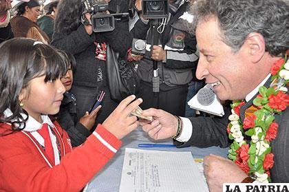Ministro Navarro empezó con pago del Bono Juancito Pinto