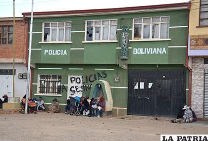 Los habitantes de Caracollo expresaron su molestia apedreando y pintando grafitis en la pared del Comando Provincial /Archivo