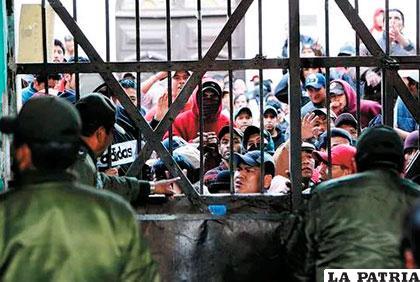Reos de San Pedro cercan la puerta principal, imágenes de archivo /I1.WP.COM