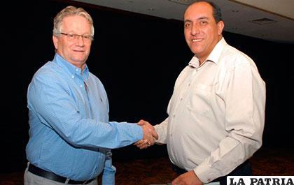Pedro Rivero saluda a Marcelo Miralles, el nuevo presidente de la ANP /ANP
