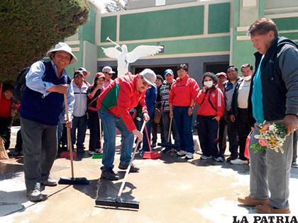 Alcalde y sus militantes limpiaron las calles cercanas al Cementerio General
