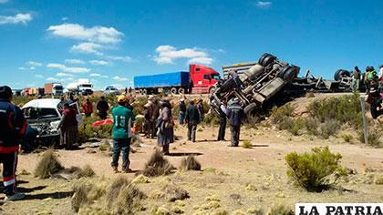 La vagoneta a la izquierda y el camión a la derecha; ambos volcaron tras la colisión