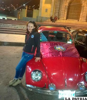 Alina Miranda junto a su peta en una actividad que participó con el Club Clásico Volkswagen Oruro /Archivo Club