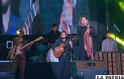 Tati le canto al Festival ¡Aquí...canta Bolivia!