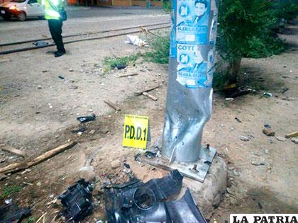 El poste detuvo la marcha del vehículo