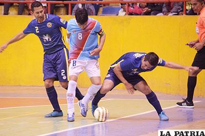 Jesús Saavedra burla a dos de sus rivales