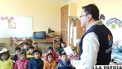 Los niños escuchan con mucha atención el mensaje de la Defensoría del Pueblo
