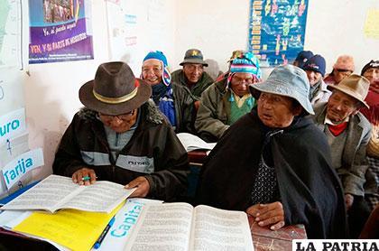 Los programas de alfabetización continúan en todo el país