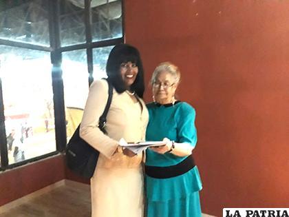 Blanca Garnica junto a la autora del artículo