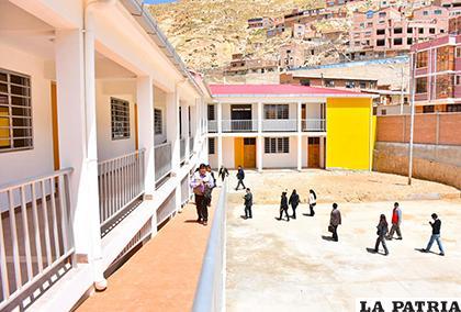 Según los maestros, la unidad nueva no cuenta con aulas suficientes /GAD-ORU