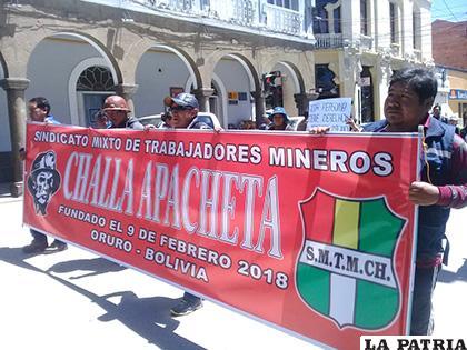 Marcha de mineros que llegaron desde Poopó junto a sus familias /LA PATRIA