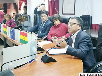 El delegado defensorial al momento de exponer su propuesta en la Brigada Parlamentaria /LA PATRIA
