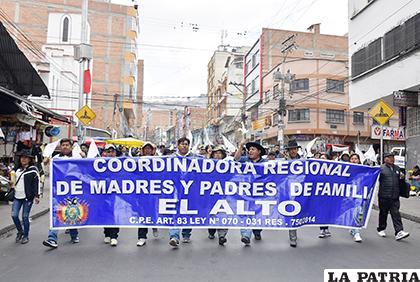 Padres de familia durante su marcha en El Alto /APG