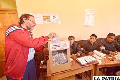 Rector ponderó la jornada democrática que se efectuó en la víspera /LA PATRIA