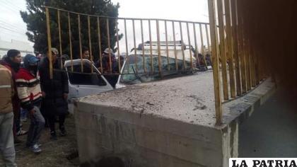 Se puede observar cómo el minibús impactó contra los escombros de la pasarela / Radio Compañera