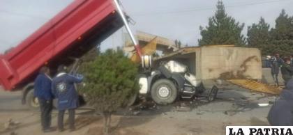 El camión registró serios daños materiales en su estructura / Radio Compañera