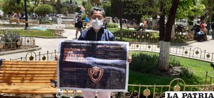 Una de las voluntarias muestra el cartel con el que recorren la ciudad  /LA PATRIA