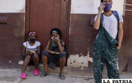 Las personas usan máscaras durante la pandemia de COVID-19 afuera de una tienda de comestibles en La Habana /AP Foto /Ramón Espinosa