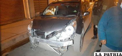 El vehículo protagonista dañó toda la parte frontal y perdió el parachoques en la escena del accidente /LA PATRIA