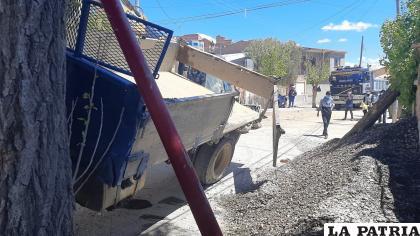 La grava en el suelo, el poste de luz y el árbol derribados como resultado del vuelco /LA PATRIA