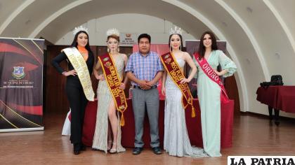 Las representantes orureñas junto al secretario de cultura, Boris Villanueva /Graciela Tamayo