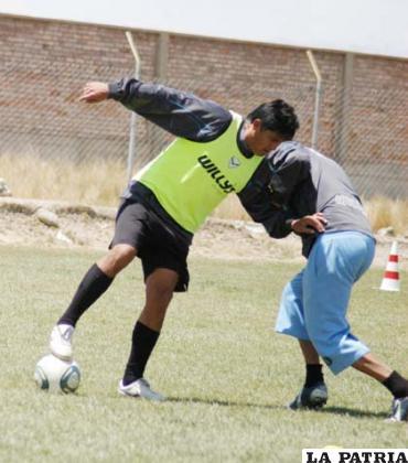 Luis Palacios y Franklin Herrera disputan el balón