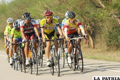 Ciclistas que compiten en la Vuelta a Bolivia por las rutas del chaco