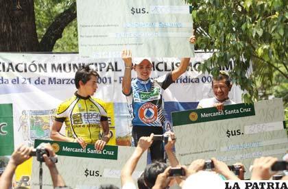 Jonathan Salinas en el podio de los ganadores