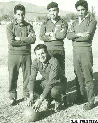 Jugadores de Ferroviario en 1963 en Tarija, Toledo el tercero, de pie