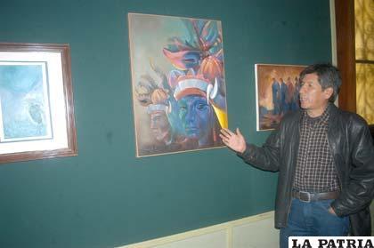 Grover Padilla explicando detalles de su obra