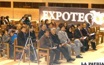 Asistentes al acto de inauguración de Expoteco 2011
