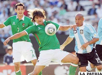 Martins domina el balón ante la mirada de Rodríguez