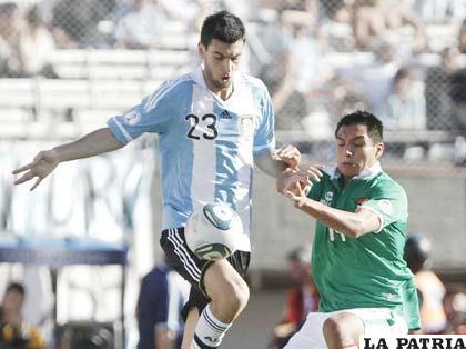 Pastore y Vargas disputan el balón