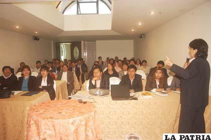 Ejecutivos de cooperativas de ahorro y crédito de Oruro se capacitan para adecuarse a la nueva normativa financiera