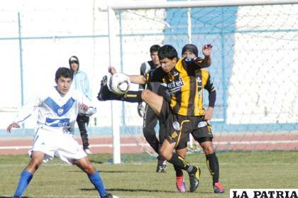 Osvaldo Medina y Enrique Parada disputan el balón