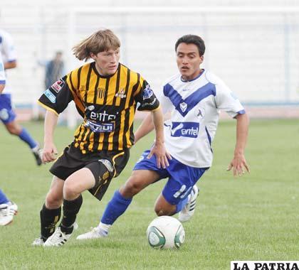 Chumacero y Loayza disputan el balón