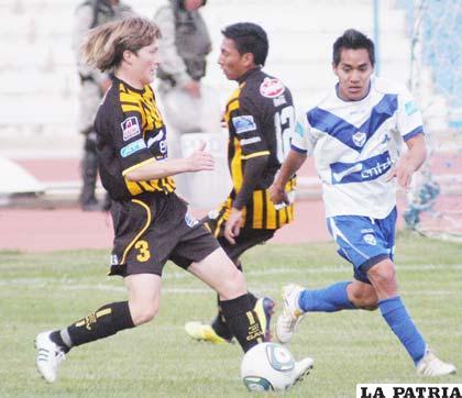 Chumacero y Dury disputan el balón